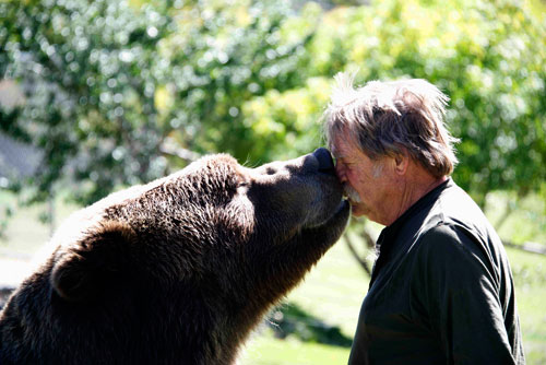 Bart the Bear 2 kisses trainer Doug Seus. Photo by John Hechtel.